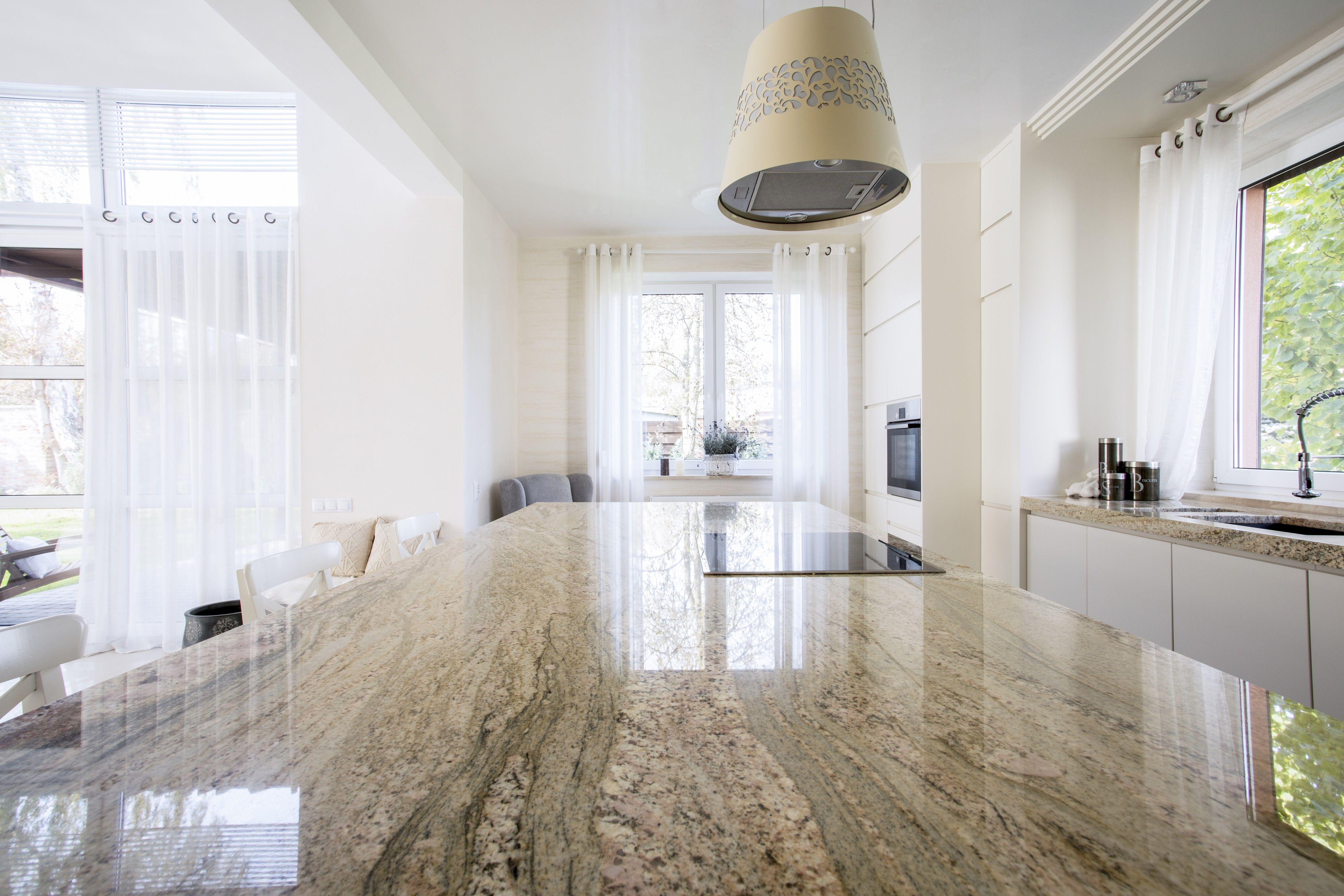 Piekna Otwarta Biala Kuchnia Z Marmurowym Blatem Przy Wyspie Kuchennej Zestaw Bialych Drewnianyc Granite Countertops Custom Granite Countertops Countertops