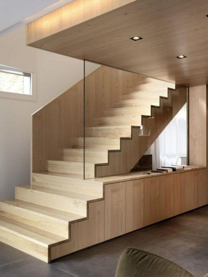 jasno drewniane schody