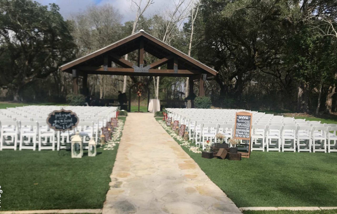 Gorgeous Outdoor Ceremony Site In South Houston A Stunning Outdoor Houston Wedding Venue With Immacula Wedding Venue Houston Wedding Venues Houston Wedding