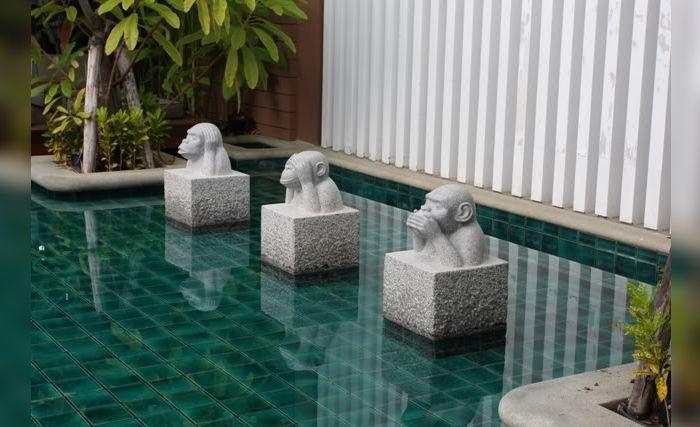 Три обезьяны в оформлении бассейна в отеле Rest Detail Hotel Hua Hin