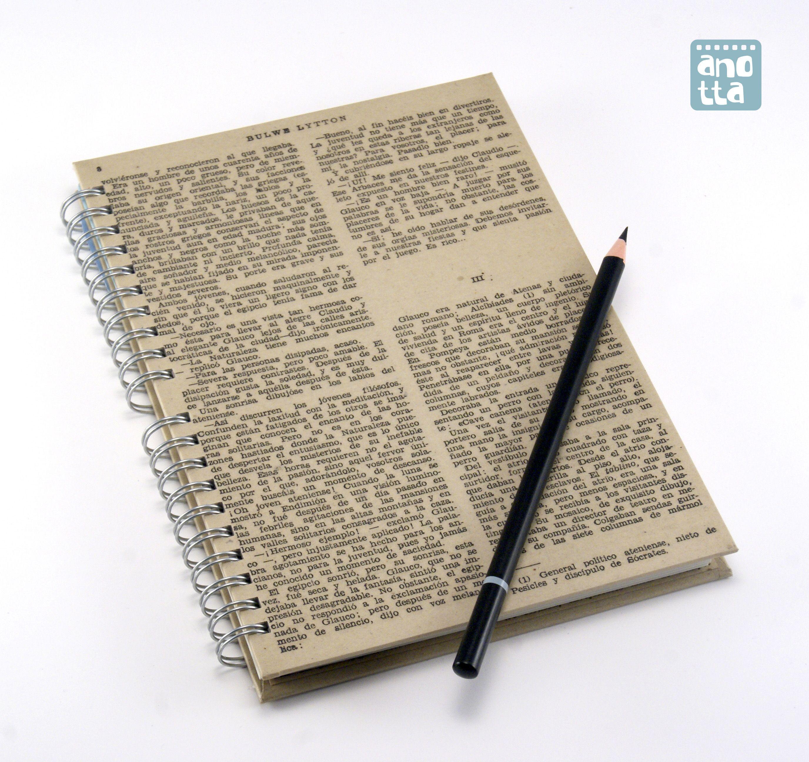 Libreta hecha a mano reciclando 4 páginas de un viejo ejemplar del libro «Los últimos días de Pompeya»
