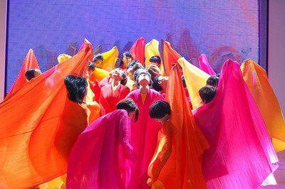 プリーツプリーズ イッセイミヤケ、色と自由があふれるダンスパフォーマンス開催 - ニュース : ファッション (#308816)