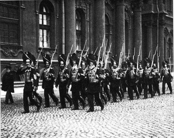 Взвод дворцовых гренадер на Дворцовой площади. 1914 / Историческая справка