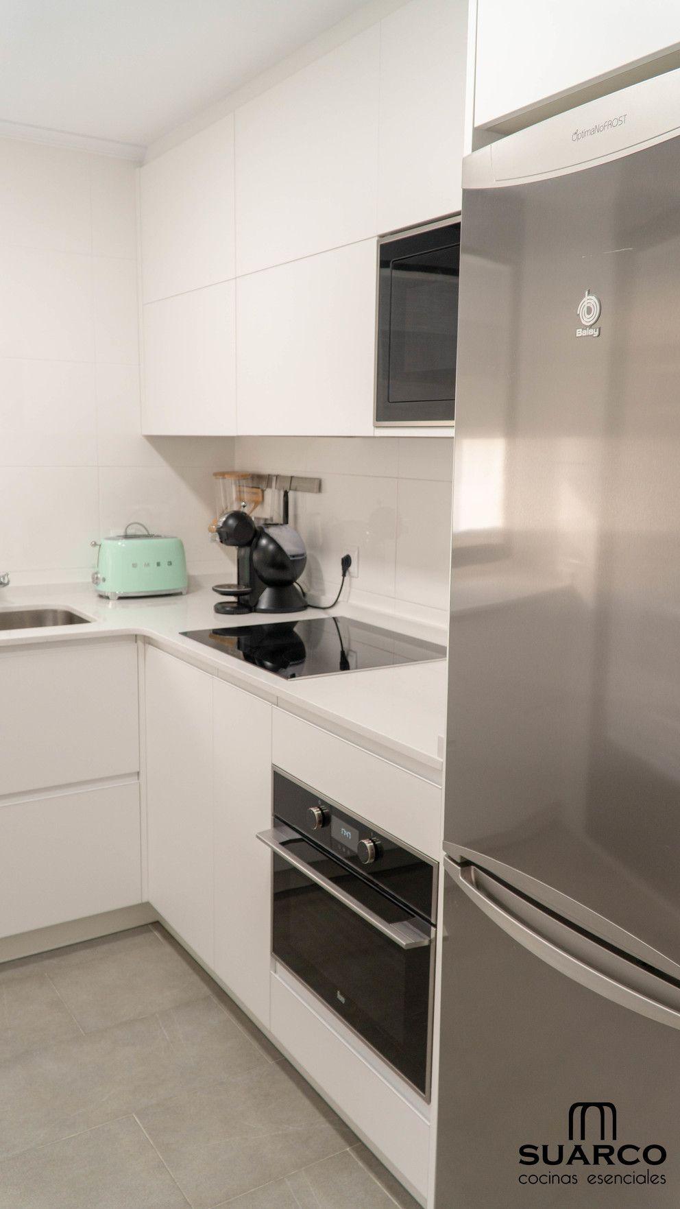 Cocina Blanca Pequena En Forma De L Con Encimera De Cocina Silestone Encimeras De Cocina Decoracion De Cocina Pequena Cocina