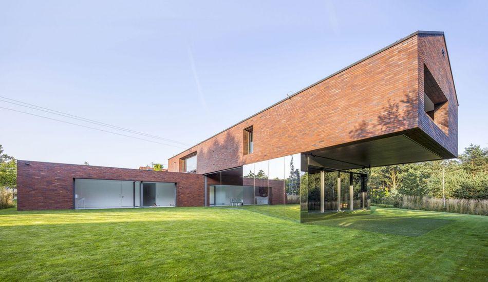 maison contemporaine en forme de croix et porte 224 faux en pologne pologne maisons