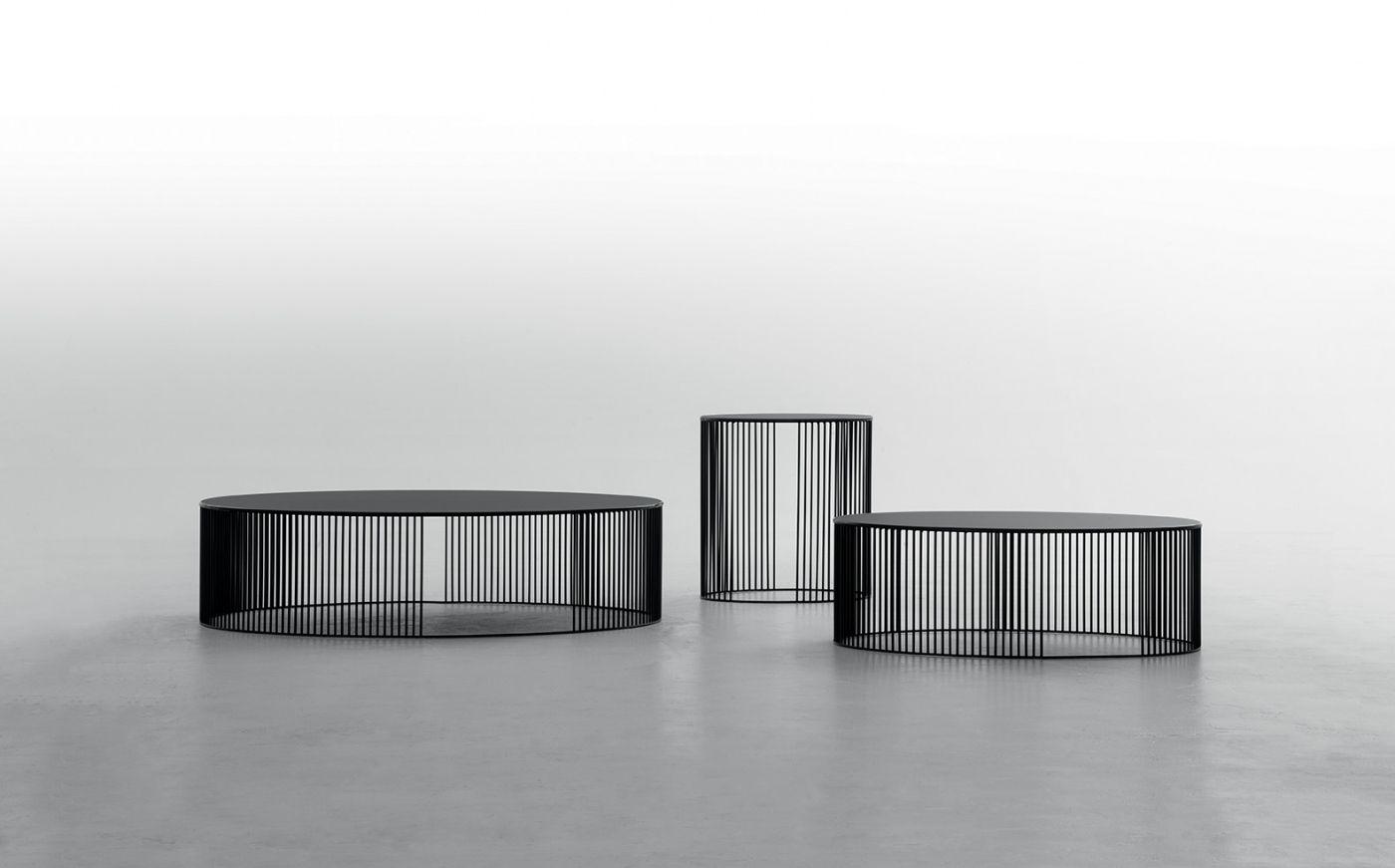 Tavolino in filo di metallo vernciato piano in vetro temperato ed