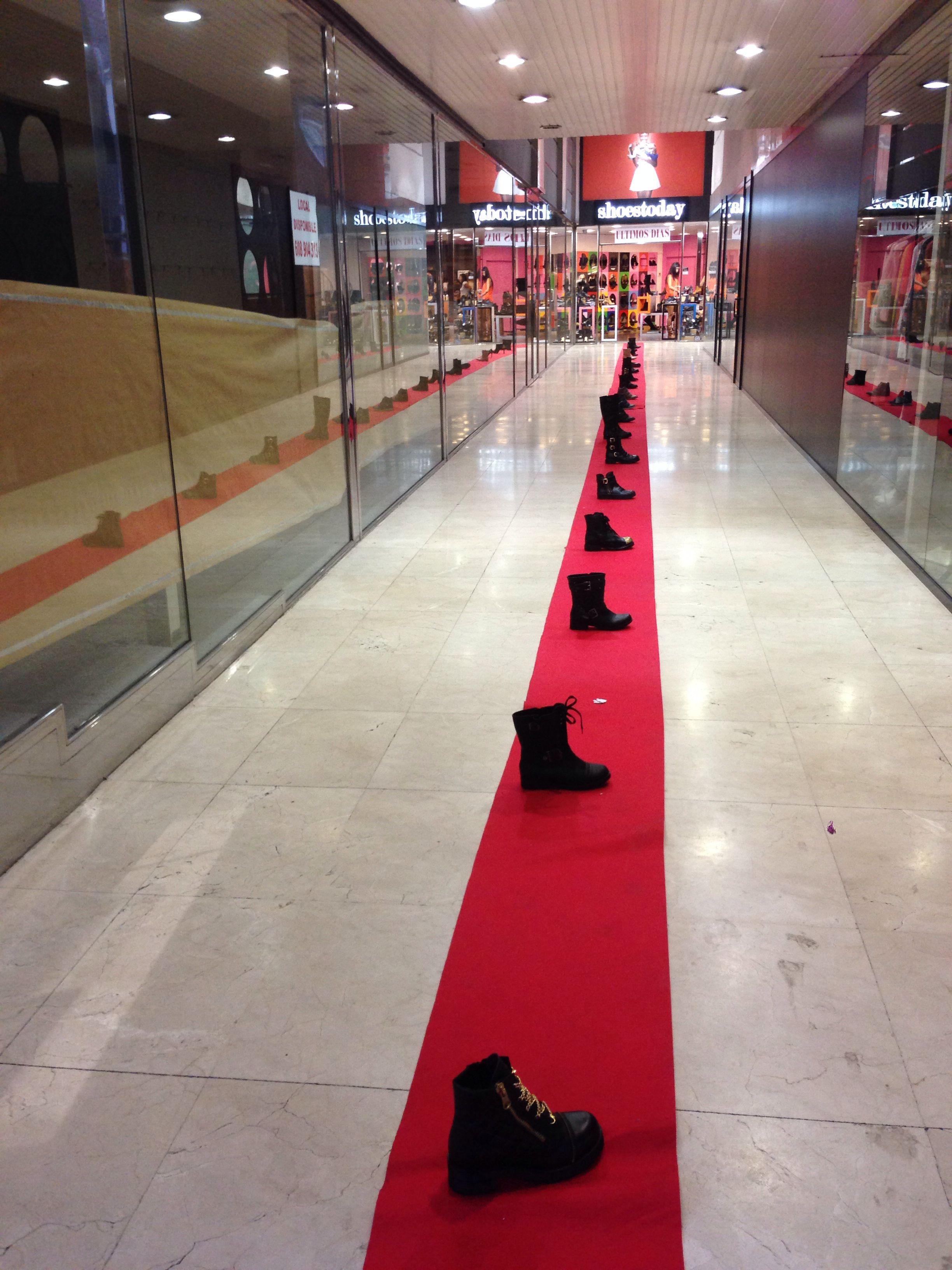 Una entrada a la tienda de zapatos en vigo escaparates for Gabinete de zapatos para la entrada