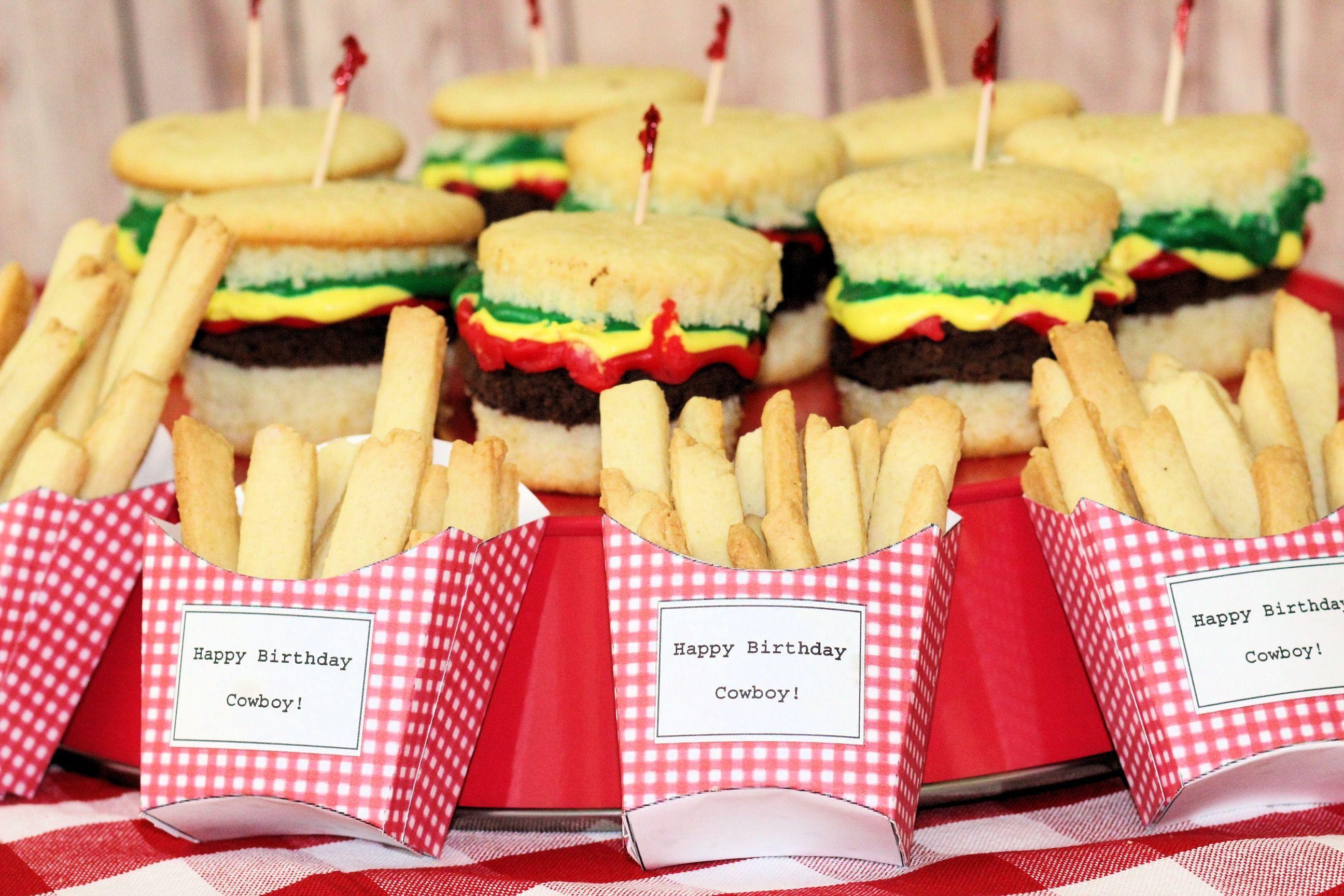 Kleine Pommespackungen wie im Fastfood-Restaurant, nur mit Text und Namen des Geburtstagskindes ...