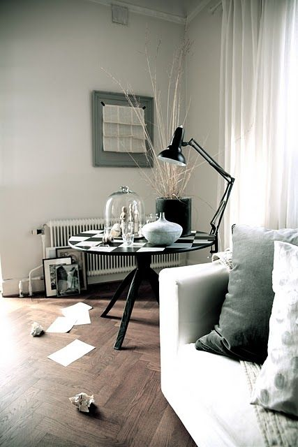 Daniella Witte painted the table black & white.