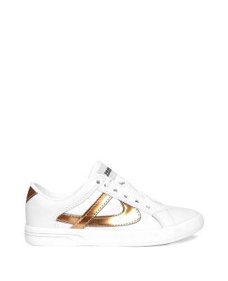a13da36a19b Tenis Panam Tenis color blanco de superficie lisa con plecas color oro y  ajuste por cordón
