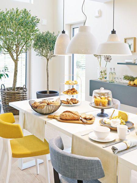 Großzügig, einladend und schön hell: Vom Wohnbereich aus gehen Essplatz und Küche offen ineinander über.