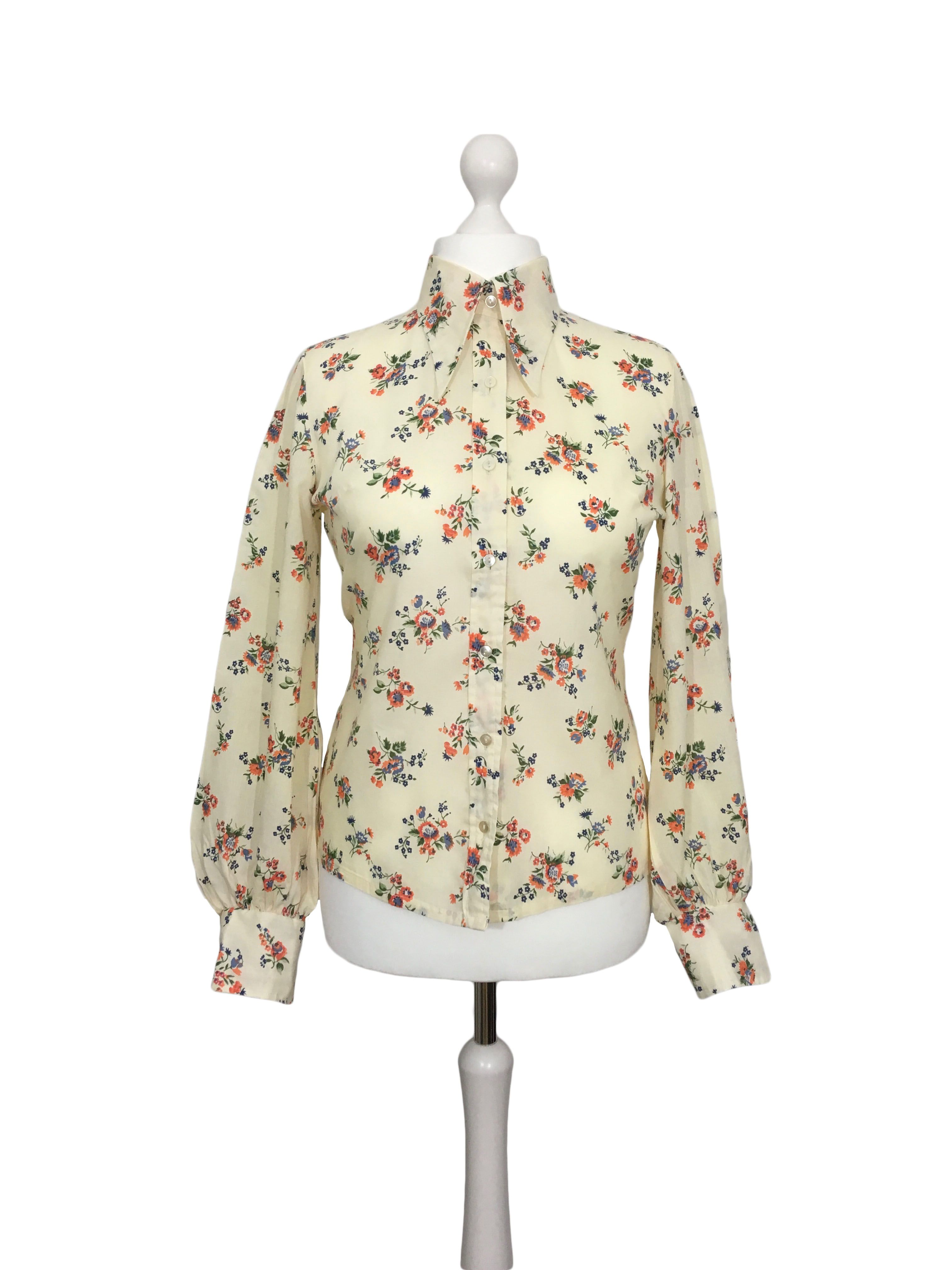 Vintage 1970\u2019s stretch knit squiggle pattern blouse  button front shirt Long sleeves and dagger collar Women\u2019s S Green /& white
