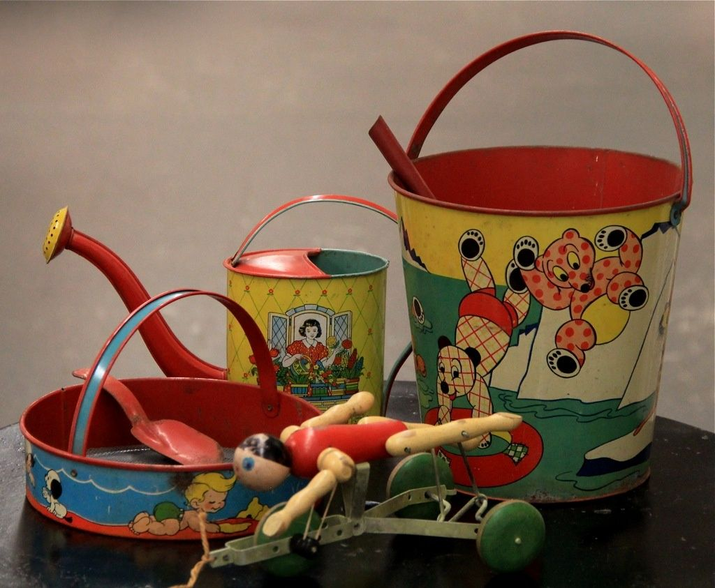 early to late 50s tin litho sand toys shovel and pail watering
