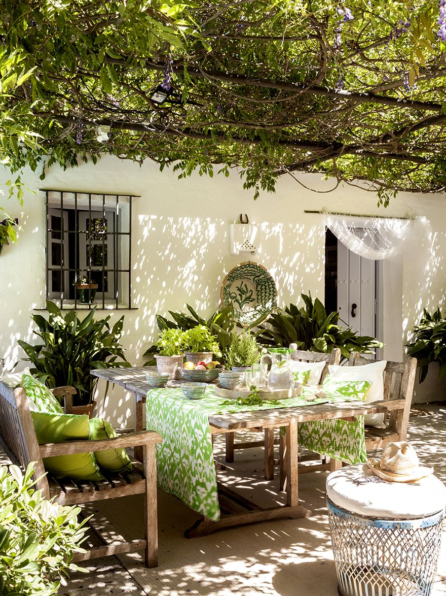 Un patio muy andaluz en 2019 jardines pergolas jardin for Ideas para decorar patios rusticos