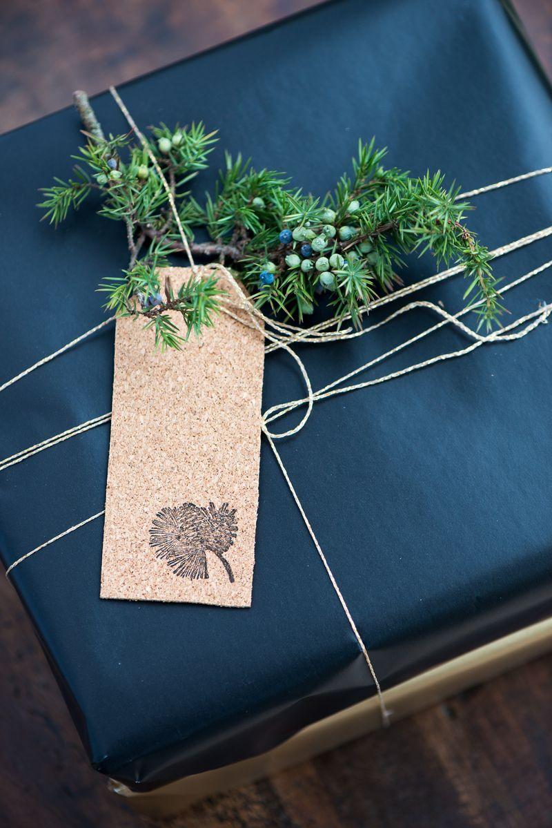 Til og fra kort af kork. Nemme og smukke hjemmelavede gavemærker til smuk indpakning af julegaverne. DIY fra Badut