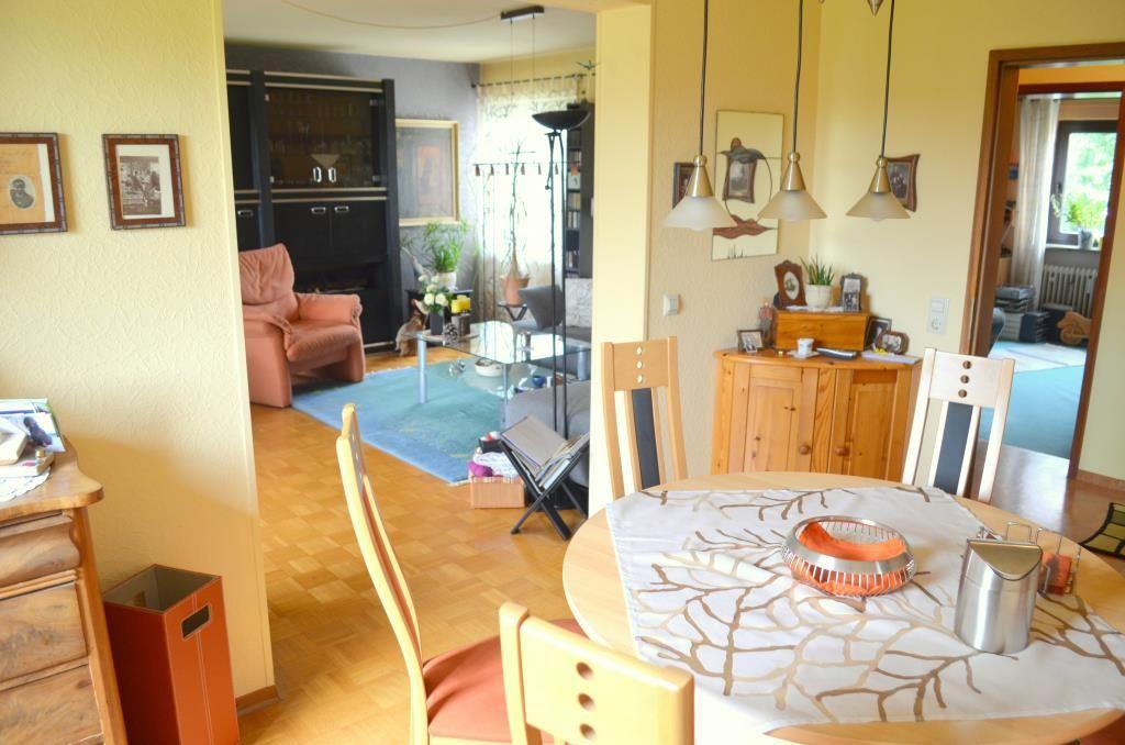 Schöne und gepflegte 4,5 Zimmer Wohnung mit Balkon und Tiefgaragenbox