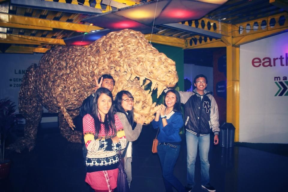 Nigh at the museum. Look at the dinosaur. So cute :) #friends #fun