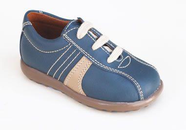 Zapato de piel sport de cordoneras para niño, con un diseño que no pasa de moda. Roly Poly Shoes & Boots.