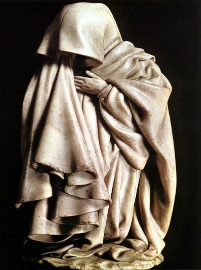 Esta buena escultura gótica me ha gustado mucho por la buena exposición de las características de la escultura gótica y por la predominación de las diferentes texturas de las arrugas de las telas.