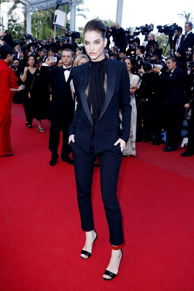 So chic avec un smoking pour Barbara Palvin à Cannes sur le tapis ...