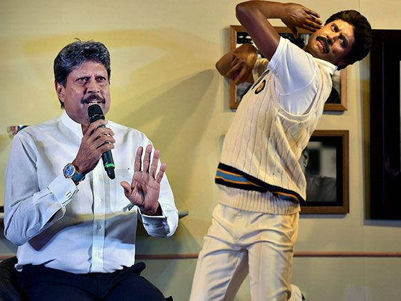 Former Indian Cricket Caption Kapil Dev Strikes A Pose With A Wax Figure Of Himself Madame Tussauds Kapil Dev Sport Player