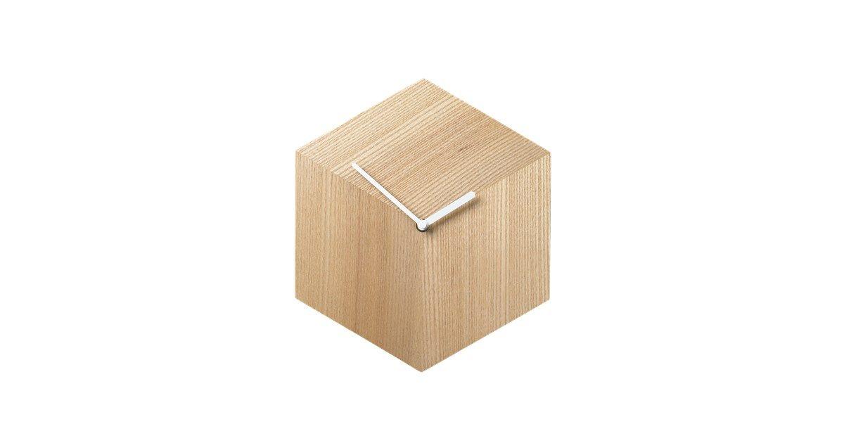 Hollandske Phil Procter har skabt et enkelt ur lavet i smukt ask. De grafiske linjer sætter streg under det enkle og minimalistiske udtryk.
