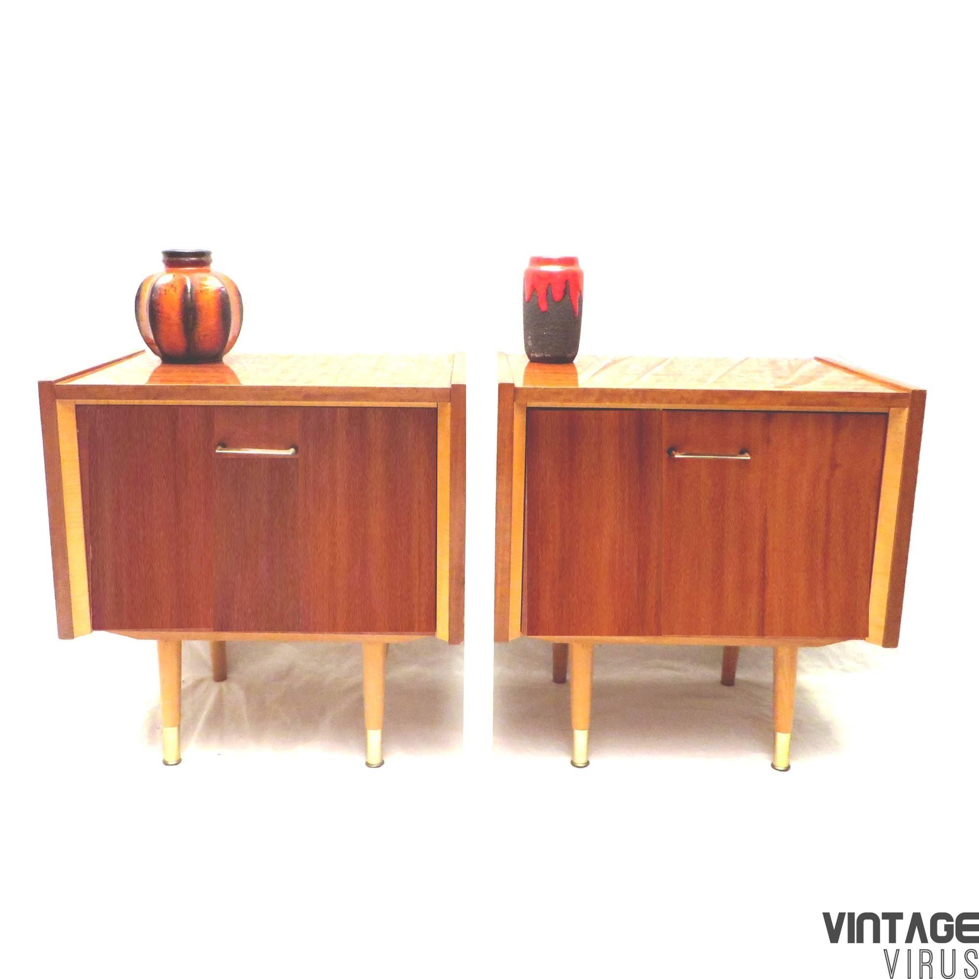 Vintage nachtkastjes / dressoirkastjes met houten pootjes uit de jaren '60 '70. Nu te koop bij Vintage Virus in Amsterdam of te bestellen in onze webshop.