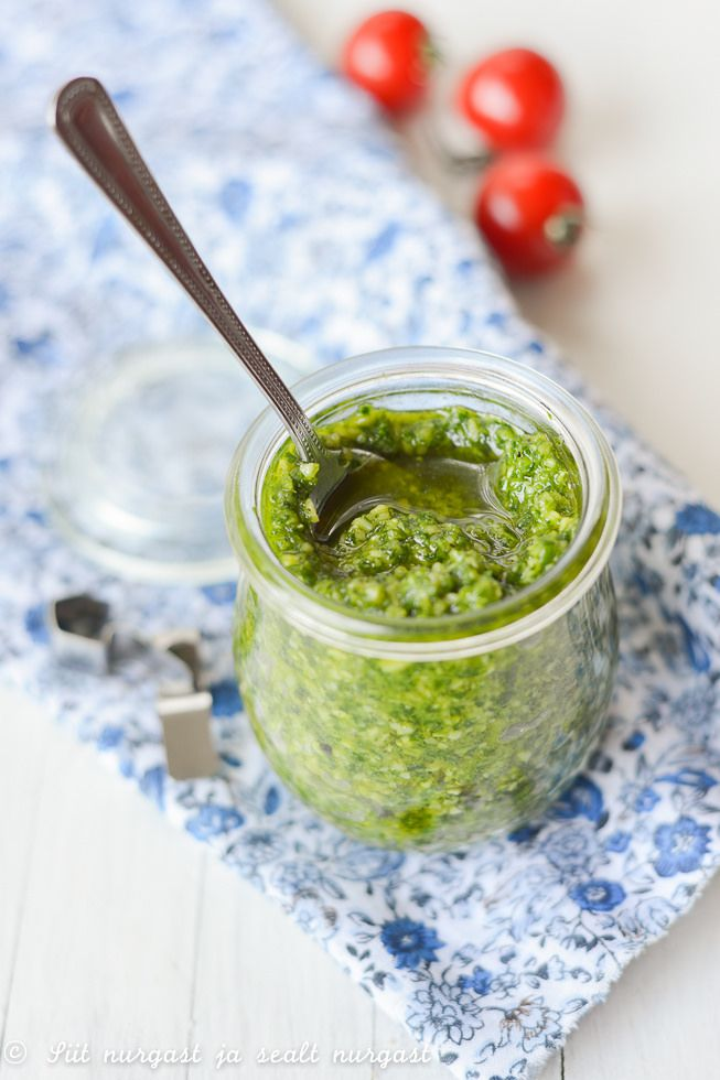petersellipesto/parsley pesto / suur peotäis peterselli (u 75 g) 4 sl mandlilaaste 50 g parmesani, riivitult (Valio Forte sobib väga hästi) 1 küüslauguküüs 1-2 sl sidrunimahla u 150 ml oliiviõli (pool võib asendada rapsiõliga) 0,5-0,75 tl soola mõned keerud musta pipart