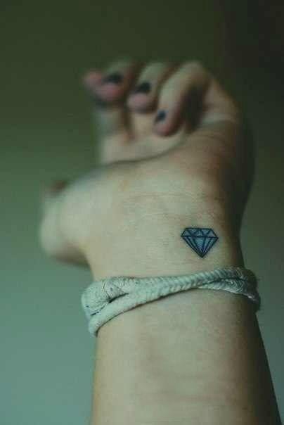 Petit tatouage diamant poignet tatouage pinterest - Tatouage diamant poignet ...