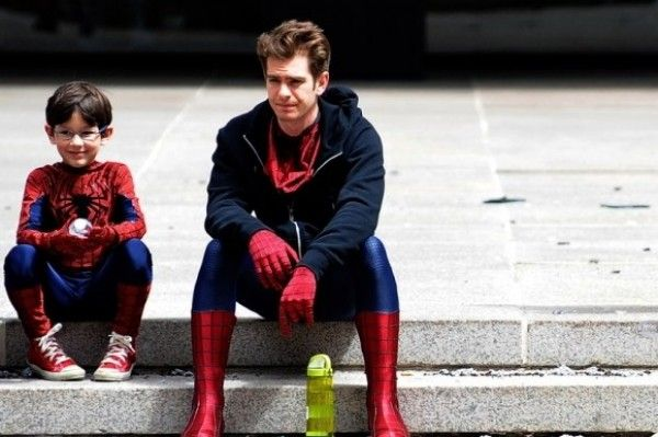 Andrew Garfield Hangs Out With Mini Spider-Man. Pretty adorable.