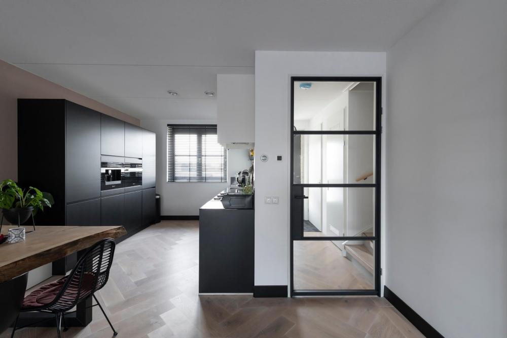 Stalen opdekdeur met glas - binnendeuren - GewoonGers