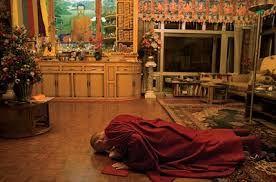 Em 2011 Dalai Lama anunciou que deixaria o comando político dos tibetanos. O sufrágio que ocorreu na Índia, onde o Parlamento se reúne no exílio desde 1959. Embora não tenha nenhum efeito prático, já que o Tibete não é reconhecido como nação independente, a eleição constitui uma mudança de costumes.