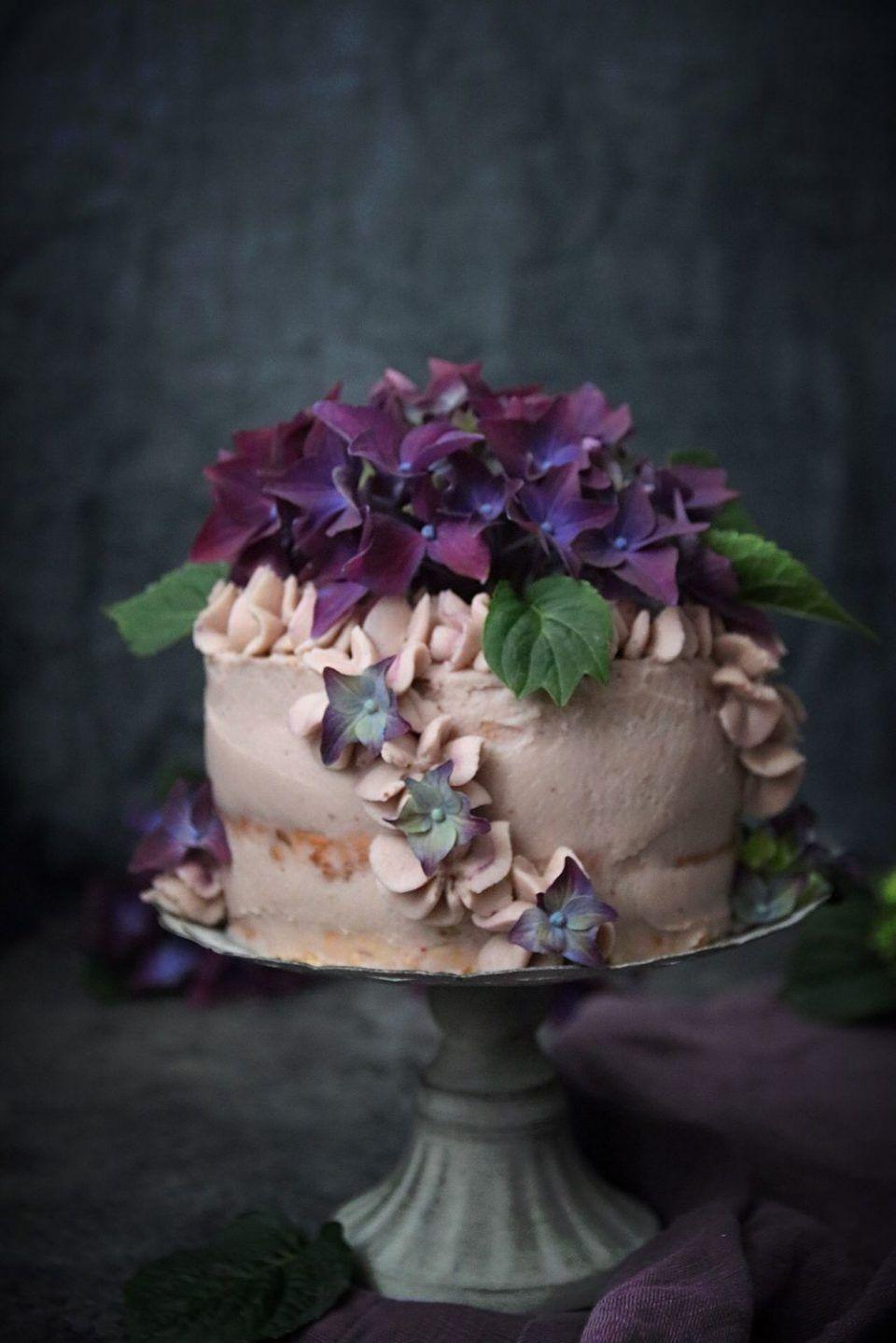 ANGEL FOOD CAKE TÅRTA MED FÄRSKOST FYLLNING OCH BLÅBÄRSPURÉ ~ ett sent  firande d6ba944b38e6e