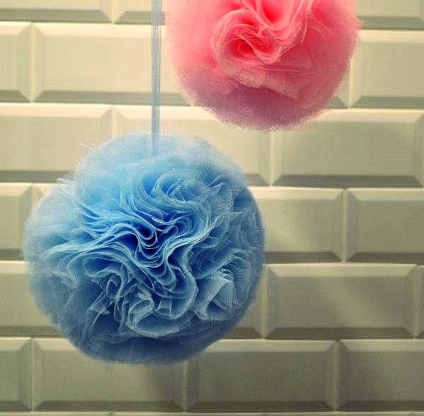 Como hacer pompones de tul diy nos encantan los pompones - Como hacer pompones ...