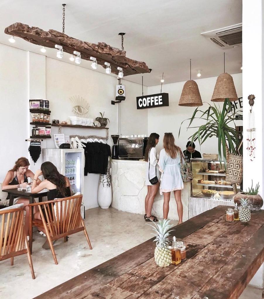 Un diseño étnico e informal para un café junto a la playa. (Mix Wood ...