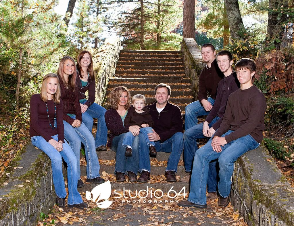 Fall outdoor family photo ideas for Fall family picture ideas outside