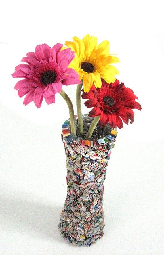 very attractive design flower vase. flower vase  made from recycled magazines PANDILLA BASURITA II DECORACION ECONOMICA RECICLADOS