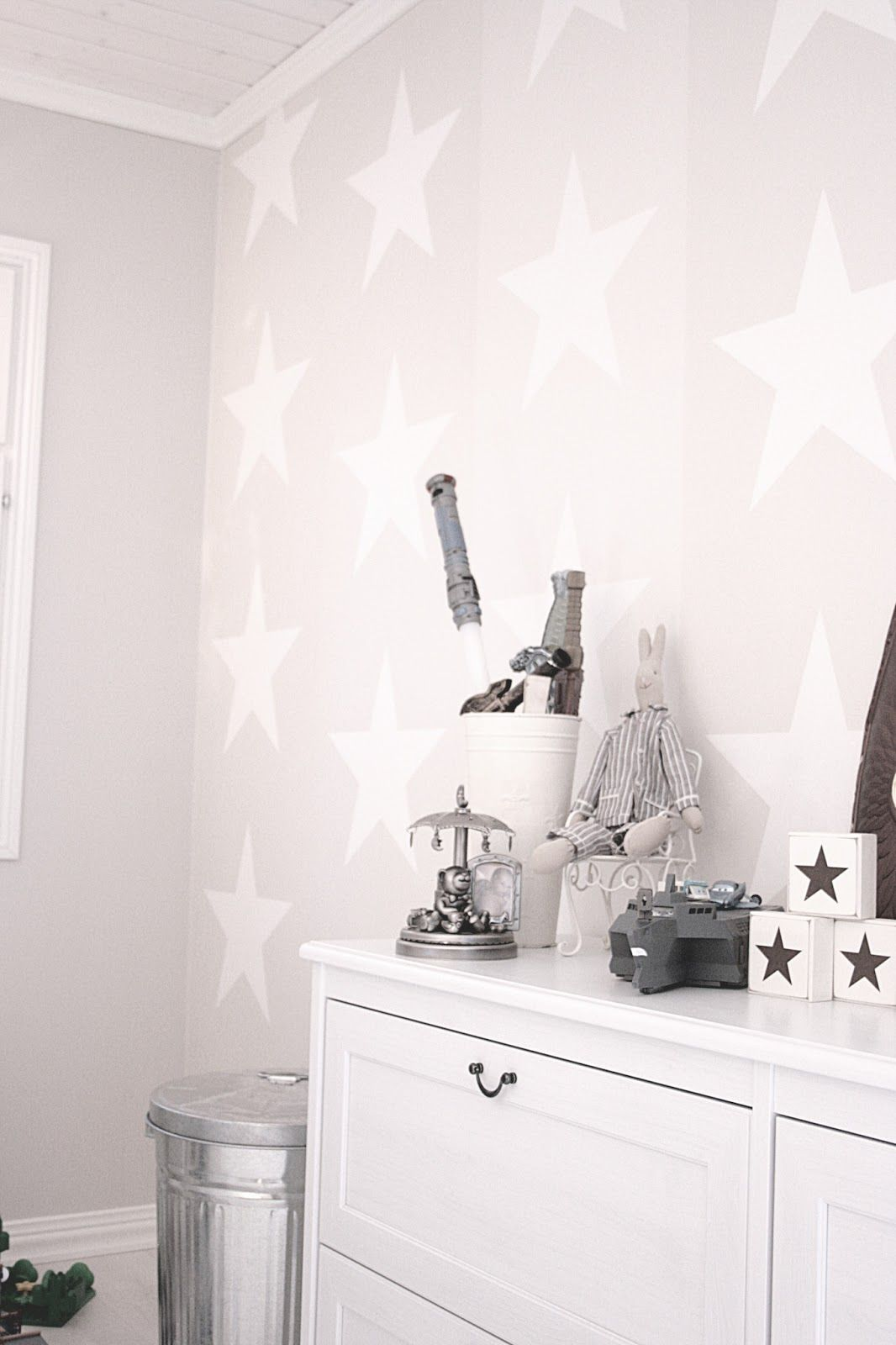 Mia Baby Bedroom Furniture: I Like The Light Grey Walls With The White Accents (stars