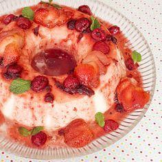 Receita super fácil de pudim com 2 ingredientes. A calda de frutas vermelhas dá um toque especial nessa sobremesa super rápida de fazer.