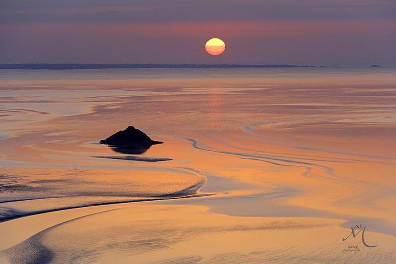 L'ile de Tombelaine au soleil couchant. by Vincent M.