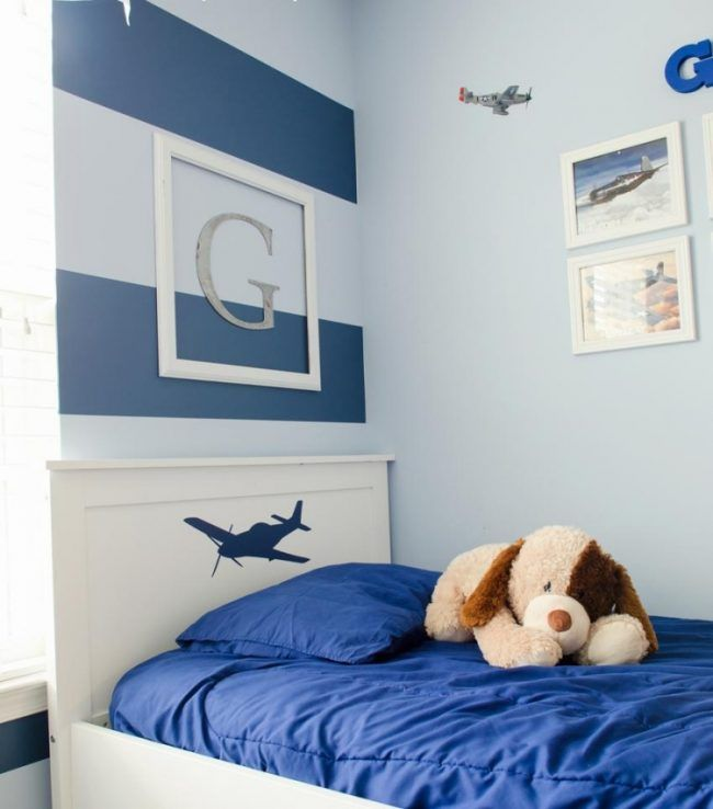 Kinderzimmer Deko Streifen Blau Junge Monogramm Bett Flugzeuge