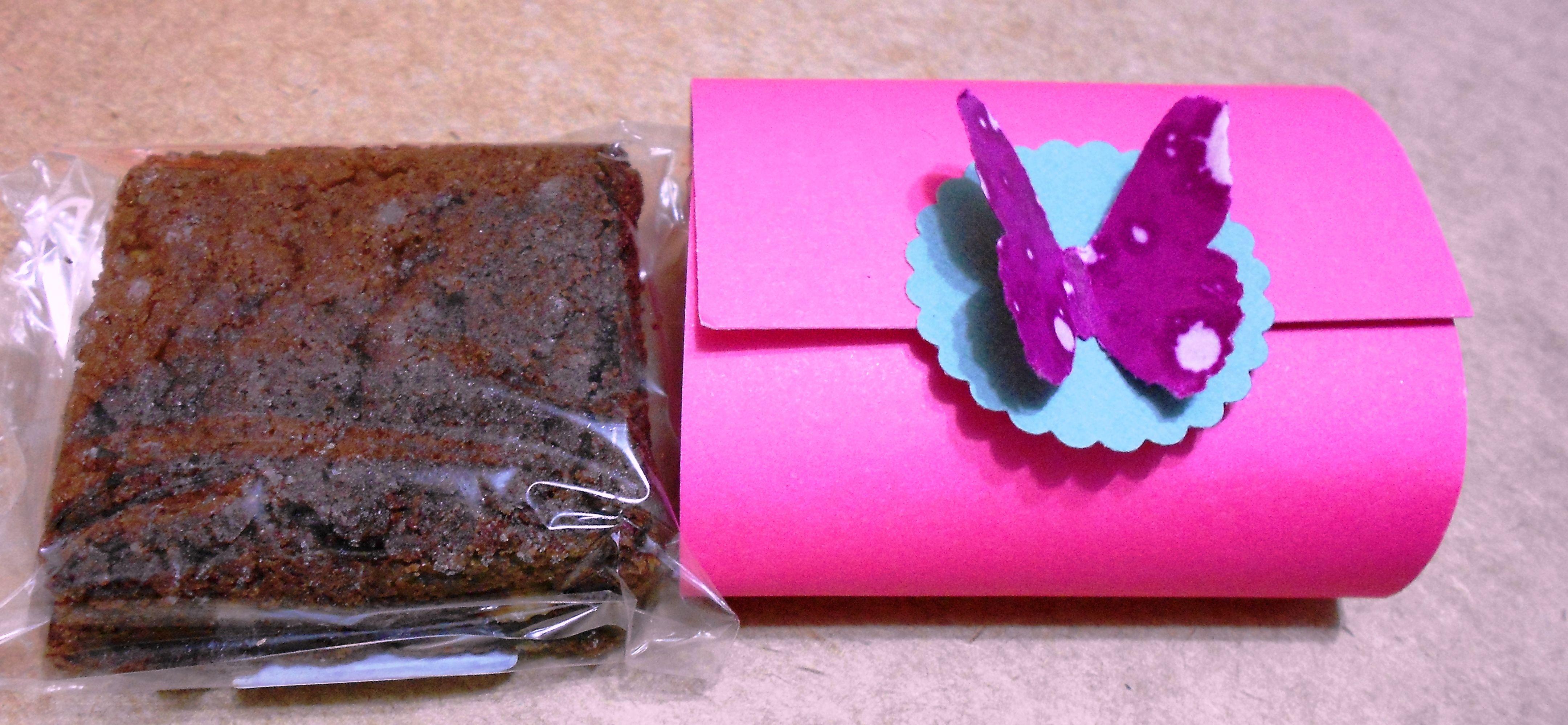Quadradinhos de brownie e com uma linda decoração em scrapbook