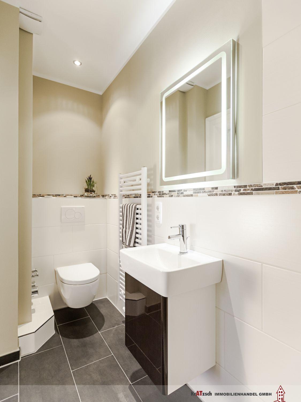 Klare linien im gäste bad mit dusche wc und handwaschbecken sind modern