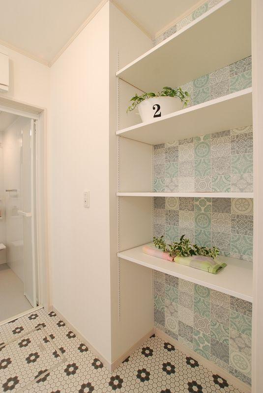 アクセントクロスが可愛い洗面室 建築実例 奈良 京都 大阪の新築一戸建て分譲住宅 注文住宅 リフォームなら日本中央住販 住むだけでしあわせになる家 パウダールーム デザイン 洗面収納 収納 アイデア
