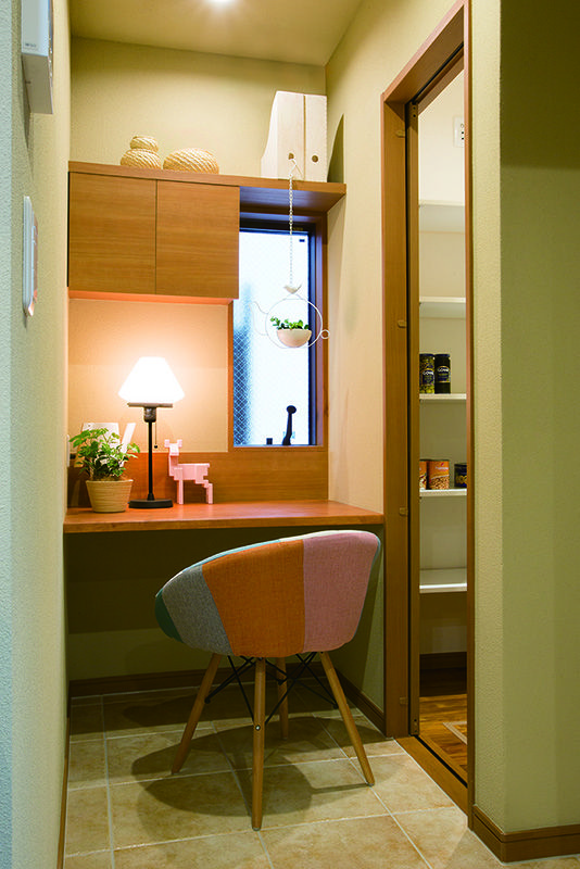 キッチンの脇に配置された奥さまの書斎コーナーとパントリー。大容量のパントリーは、ファミリークローゼットにも