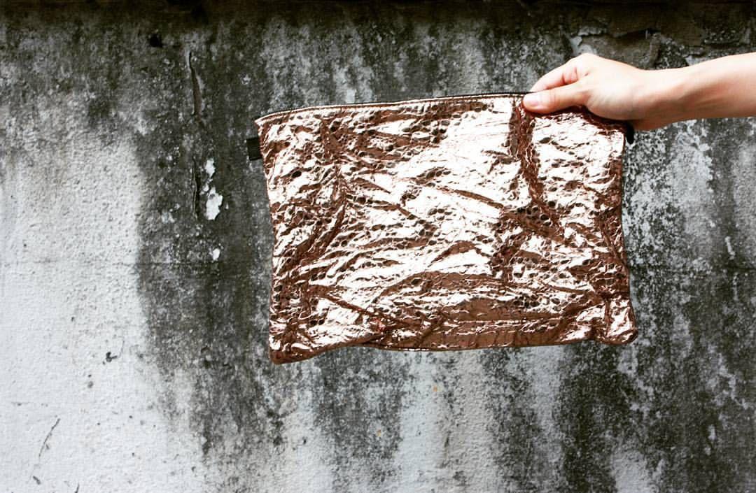 316labco:  perfect for the winter season! wrinkled #gold #metallic #leather #clutch from #thebaggi  contact. mhslab316@gmail.com  #washing #instafashion #fashion  #style #instadaily #dailylook #instagood #bag #316labco #데일리룩 #인스타그램 #청담 #성수동 #nyc(Seoul, South Korea에서)