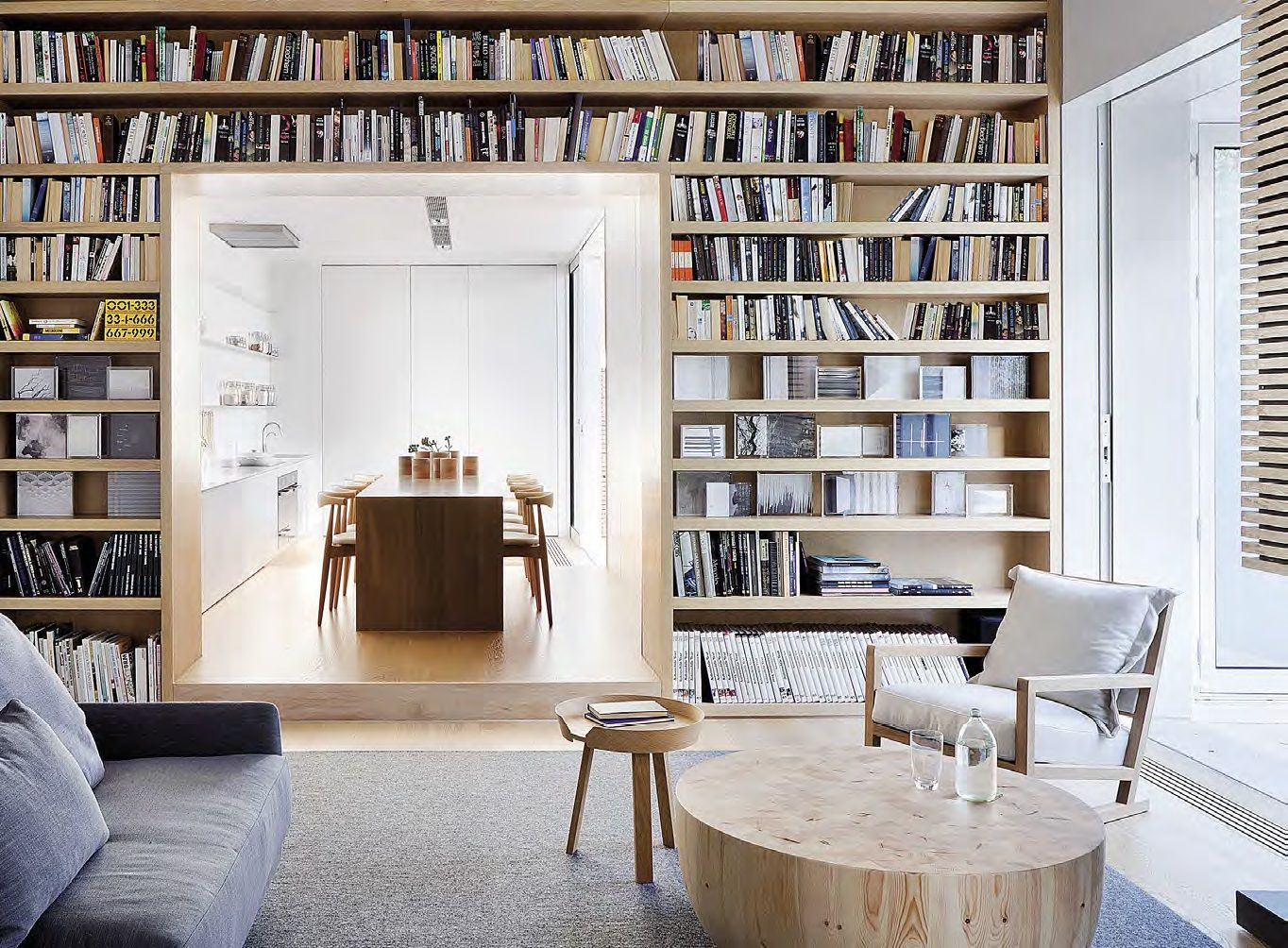 Un salon avec une maxi bibliothèque sur-mesure ouverte sur la ...