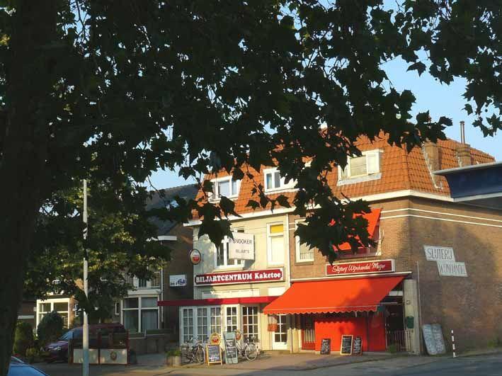 Hatertseweg. Links een café biljart, voorheen Crispinus en een slijterij. Beiden waren hier in de jaren vijftig al gevestigd