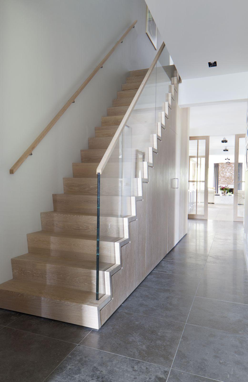Strakke trap met glazen balustrade en kast onder trap for Balustrade trap