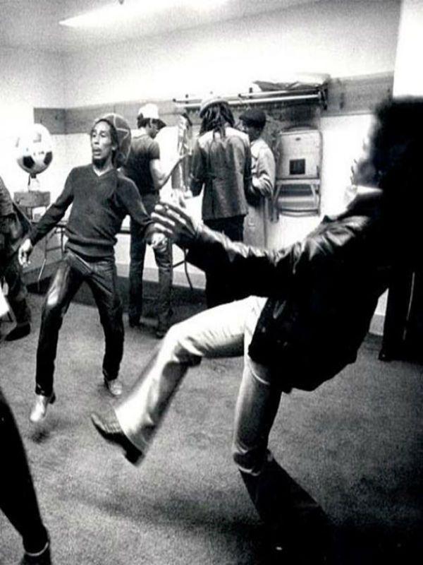 1976 e mostra Bob Marley brincando com a bola em seu camarim.